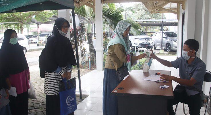 Pemberian hand sanitizer kepada warga yang didistribusikan  oleh Untirta Serang. (foto:ist)