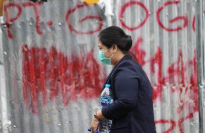Warga Kalbar menggunakan masker saat beraktifitas setelah Kalbar ditemukan dua pasien dinyatakan positif KLB COVID 19. (foto:das)