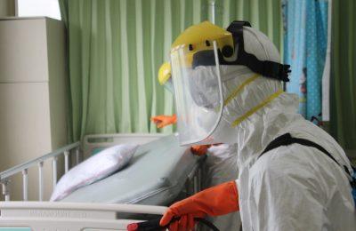 Petugas saat menyemprotkan cairan disenfektan di ruangan rumah sakit.