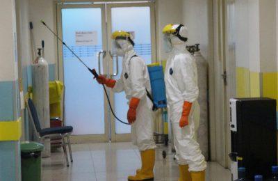 Dengan menggunakan alat pelindung diri (APD), tim melakukan penyemprotan disinfektan ke seluruh ruang perawatan RS Kharitas Bakti Pontianak. (foto:das)