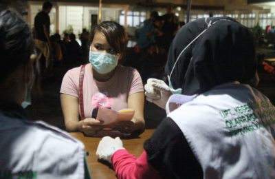Para TKi yang di deportasi dari Malaysia tengah menjalani pemeriksaaan di Pos Lintas Batas Negara (PLBN) Terpadu Entikong, Kabupaten Sanggau. (foto:fat)