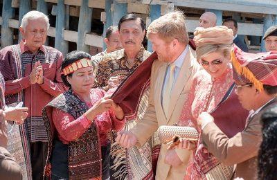Raja Belanda Willem-Alexander dan Ratu Maxima Zorreguieta Cerruti saat mengunjungi Danau Toba, Sumatera Utara, di hari terakhir lawatan kenegaraannya di Indonesia, Kamis (12/3/2020). (Ist)