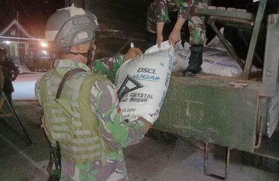 Satgas Pamtas Yonif Raider 641/Beruang saat mengamankan 27 karung gula pasir dengan berat total 1.350 kilogram asal Malaysia. (foto:das)