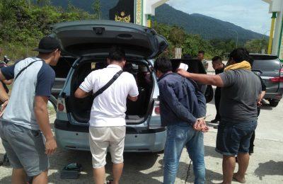 Satgas Pamtas Yonif R-641/Beruang saat menggeledah kendaraan WN Malaysia yang membawa Narkotika jenis sabu di Perbatasan. (foto:das)