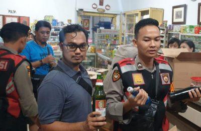 Petugas gabungan, saat melakukan razia miras di salah satu toko di Kota Situbondo. (foto. fat)