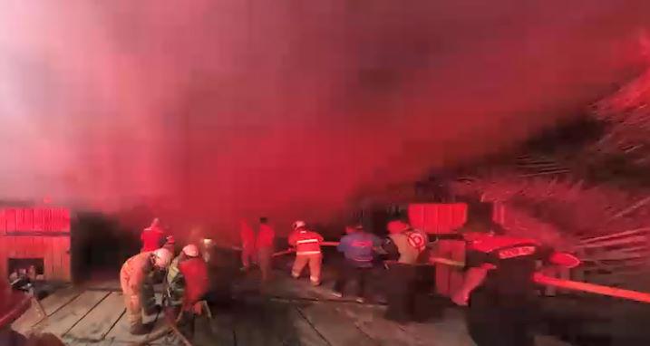 Petugas pemadan saat memadamkan api yang membakar rumah di Rawasari, Jakatrta Timur akibat molotov. (foto.jkg).