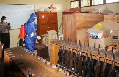 Gudang persenjataan tak luput dari penyemprotan disinfektan. (foto:das)