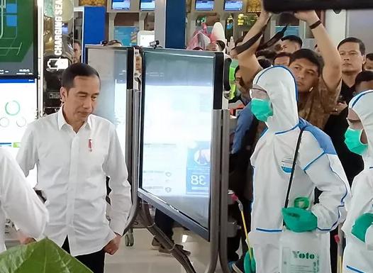 Presiden Jokowi saat meninjau proses sterilisai penyemprotan cairan disenpektan di bandara soekarno hatta. (foto:istimewa)