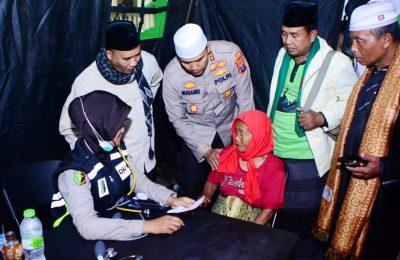 Kepolres AKBP Sugandi, saat memantau langsung kegiatan pengobatan gratis di Desa Kalisari, Kecamatan Banyuglugur, Situbondo. (foto:fat)