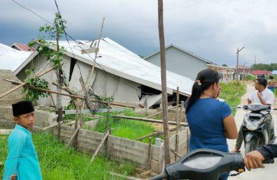 rumah warga di jalan Selat Sumba dalam yang ambruk nyaris rata diterjang angin puting beliung. (foto:das)