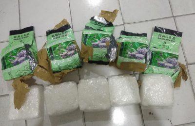 sabu seberat lima kilogram dari Malaysia yang dibungkus dengan kemasan teh luar. (foto:das)