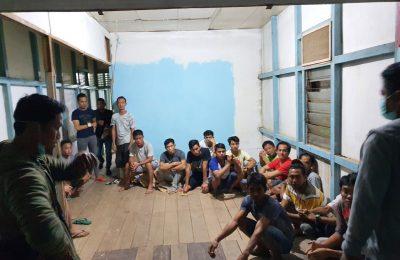 suasana pengerebekan rumah judi di pulau Tayan, Kabupaten Sanggau oleh tim resmob Polda Kalbar