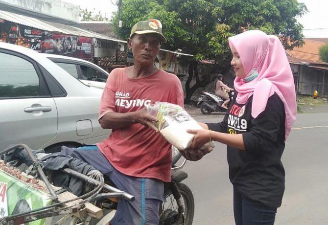 Relawan GPS, saat membagikan paket sembako kepada abang becak dan kaum dhuafa di Situbondo. (foto:fat)