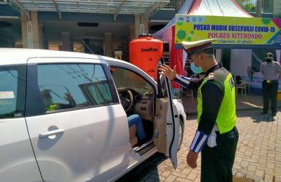 Petugas lantas Polres Situbondo, saat meminta pemudik untuk memutar balik mobilnya, (foto:fat)