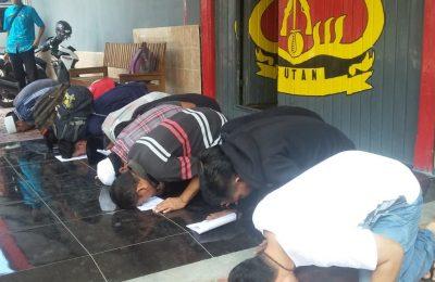 Puluhan Napi melakukan sujud syukur di depan Rutan Situbondo usai dibebaskan. (foto:fat)