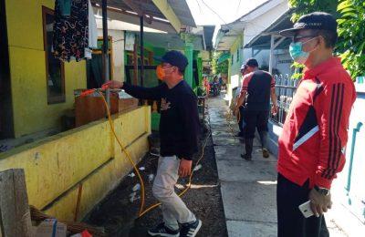 Wabup Yoyok Mulyadi, saat menyemprotkan cairan disinfektan ke rumah warga. (foto:fat)