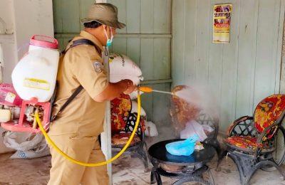 Kades Mangaran, Lilik Linarno, saat menyemprotkan cairan disinfektan ke rumah warganya. (foto:fat)