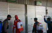 Petugas sedang men yem protkan cairan  disinfektan.
