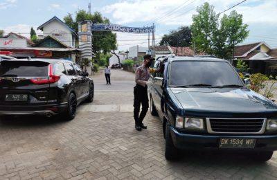Petugas gabungan, saat memeriksa kendaraan yang hendak masuk ke wilayah Situbondo. (foto:fat)