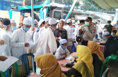 Para santri, saat diperiksa oleh petugas medis dari Dinkes Situbondo. (foto:fat)