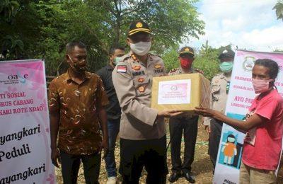 Kapolres Rote Ndao AKBP Bambang Hari Wibowo membagikan sembako kepada masyarakat terdampak pendemi COVID-19, Kamis (16/4/2020). (Ist)