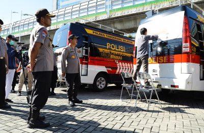 Kabaharkam Polri Komjen Pol. Agus Andrianto memimpin kegiatan penempelan striker imbauan pencegahan COVID-19 pada kendaraan dinas Polri di Mako Baharkam Polri, Kompleks Mabes Polri, Jakarta, Kamis (2/4/2020). (Ist)