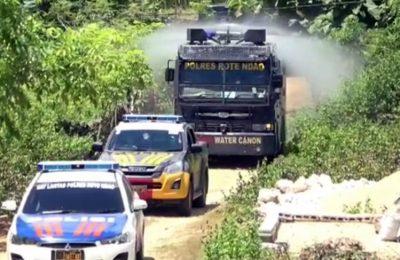 Jajaran Polres Rote Ndao menyemprotkan cairan disinfektan di sejumlah jalan utama di wilayah Kabupaten Rote Ndao. (Ist)
