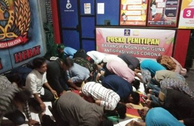 Para napi yang dibebaskan dari Rutan kelas II B Kabupaten Gresik langsung sujud syukur. (foto:dik)