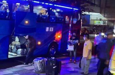 Para TKI Gresik yang dipulangkan dari Malaysia harus jalani pemeriksaan kesehatan. (foto:dik)