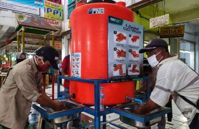 NH Gresik pasang tempat cuci tangan raksasa di pasar Gresik. (foto: dik)