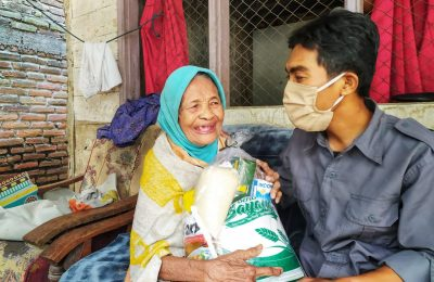 Salah seorang warga miskin begitu sumringah terima bantuan sembako. (foto:dik)