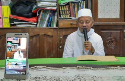 KH. Ali Mustofa, Pengasuh Pondok Zainal Abidin Bungah saat mengisi ngaji online. (foto:dik)