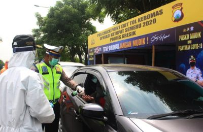 Jelang PSBB di Gresik, polisi sudah mulai melakukan penyekatan kendaraan. (foto:dik)