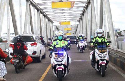 Kapolda Kalbar Irjen Pol Dr R. Sigid Tri Hardjanto  menggunkan sepeda motor melakukan pengecekan pos pengamanan terpadu operasi Ketupat Kapuas 2020 di Kota Pontianak. (foto:das)