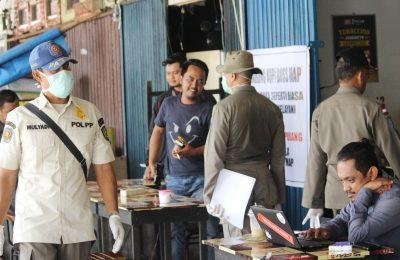 Petugas membubarkan Kerumunan Warga yang Masih Nongkrong Ditengah Pandemi Corona. (foto:das)