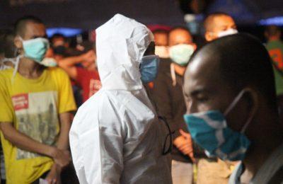 Para pekerja migran yang dipulangkan Malayisa saat menjalani pemeriksaan kesehatan. (foto:das)