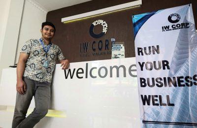 Ilham Wirajaya , owner IW Corp di kantornya. (Ist)