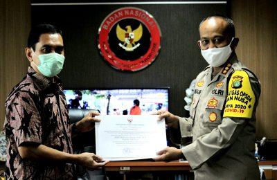 Kepala BNPT Komjen Pol. Suhardi Alius menyerahkan piagam penghargaan kepada Kombes Pol. Mohammad Ngajib atas prestasinya menangani anak yang terpapar ideologi radikalisme. (Ist)