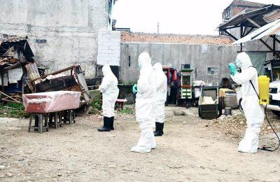 Anggota Tim Khusus Ditsamapta Polda Metro Jaya (PMJ) menyalatkan jenazah perempuan berusia 70 tahun yang meninggal akibat COVID-19 sebelum dimakamkan di TPU Tegal Alur, Jakarta Barat, Sabtu (18/4/2020). (Ist)