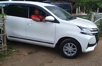 Tim resmbo Polres Situbondo, saat mengamankan barang bukti mobil milik korban Kasmuri. (foto:fat)