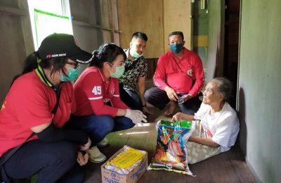 Pemkot Singkawang menyalurkan bantuan dari berbagai elemen masyarakat kepada warga terdampak COVID-19 di Kota Singkawang, Kalimantan Barat. (Ist)