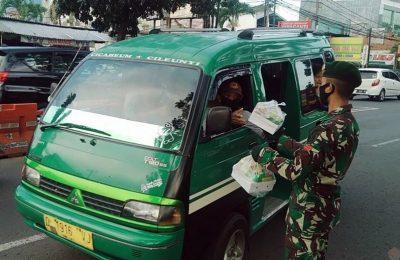 Prajurit Batalyon Zipur (Yonzipur) 9 Kostrad membagikan takjil gratis kepada supir angkot yang melintas di depan Markas Yonzipur 9 Kostrad, Jalan AH Nasution, Ujungberung, Bandung, Minggu (27/4/2020). (Ist)