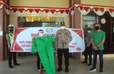 Kapolres Rote Ndao AKBP Bambang Hari Wibowo bersama Bhayangkari Cabang Rote Ndao dan Ketua Apindo Rote Ndao Jianfri Elim menyerahkan bantuan APD kepada para dokter dan tenaga medis di Puskesmas Oelaba dan Puskesmas Busalangga, Kamis (23/4/2020). (Ist)