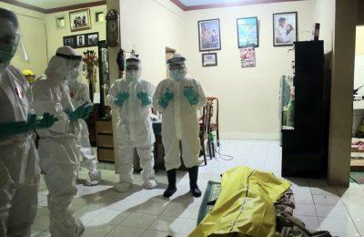 Anggota Ditsamapta Polda Metro Jaya menyalatkan jenazah Covid-19, warga Jalan Kota Bambu Selatan, RT 04/RW 05, Palmerah, Jakarta Barat, Rabu (22/4/2020). (Ist)
