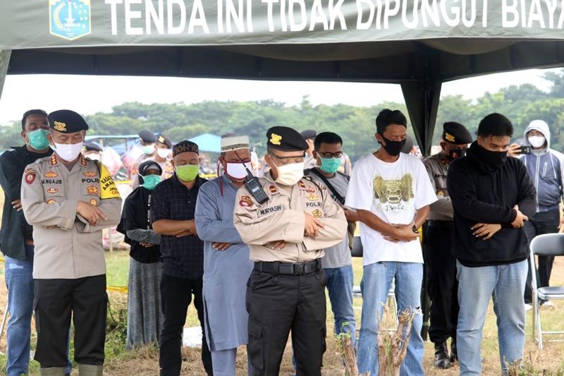Timsus Polda Metro Jaya Bantu Pemakaman Jenazah Pasien COVID-19 di TPU Tegal Alur-2