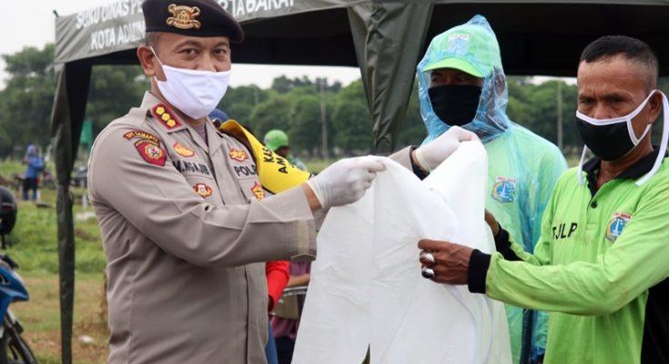 Dirsamapta Polda Metro Jaya Kombes Pol. Mohammad Ngajib saat memberikan bantunan Alat Pelindung Diri (APD) kepada petugas pemakaman jenazah COVID-19 di TPU Tegal Alur, Jakarta Barat, belum lama ini. (Ist)