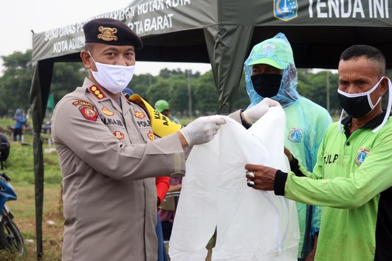 Timsus Polda Metro Jaya Bantu Pemakaman Jenazah Pasien COVID-19 di TPU Tegal Alur-3