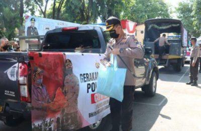Kapolres Gresik AKBP Kusworo Wibowo turun langsung membagikan paket sembako kepada masyarakat. (foto/didik)
