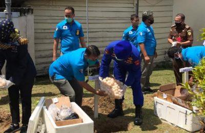 Pemusnahan barang bukti ribuan telur penyu di Mako Ditpolairud Polda Kalbar. (foto.das)