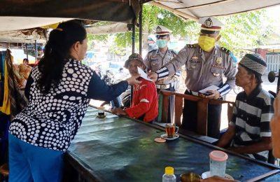 Satuan Lantas Polres Situbondo  membagikan brosur pencegahan covid 19 di pasar. (foto:fat)